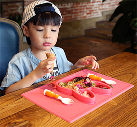 USSE baby silicone placemat+ plate tray could make your kids' meal time easier.