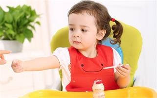 Which is better for infants to eat supplementary food with baby bibs?